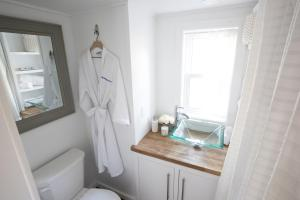 """A bathroom at Kevin Hart's """"Tiny House with Big Personality"""""""