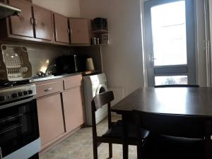 A kitchen or kitchenette at 2 Bedrooms Apartment