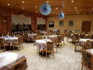 Ein Restaurant oder anderes Speiselokal in der Unterkunft Hotel zur Waage