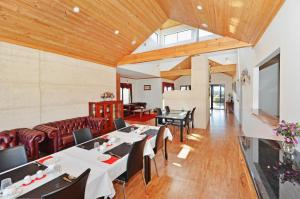 A restaurant or other place to eat at Sensational Heights Bed & Breakfast