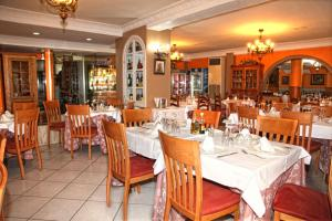 A restaurant or other place to eat at Hotel Los Arcos