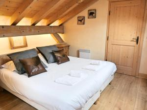 A bed or beds in a room at APARTMENT LONGVIEW - Central Chamonix - Sleeps 8