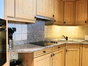 A kitchen or kitchenette at APARTMENT LONGVIEW - Central Chamonix - Sleeps 8