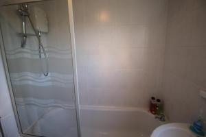 A bathroom at 8 Gartholwyg Gwaelod yr Garth