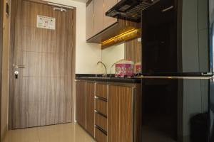A kitchen or kitchenette at Spacious Studio Room near Cihampelas Walk at Galeri Ciumbuleuit 3 Apartment By Travelio