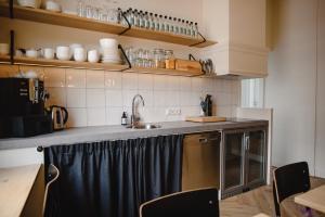 A kitchen or kitchenette at Hotel Linnen