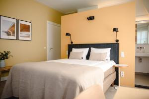 A bed or beds in a room at Hotel Linnen