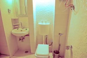 Salle de bains dans l'établissement Singhvi's Haveli