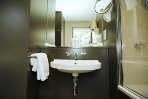 A bathroom at Hart's Hotel