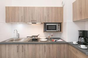 A kitchen or kitchenette at Médicis Home Trouville-sur-mer