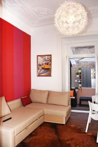 Uma área de estar em Fullest Apartments