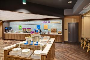 A restaurant or other place to eat at Tru By Hilton Syracuse-Camillus
