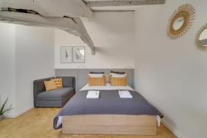 A bed or beds in a room at Les Mansardes du Roi