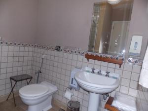 A bathroom at Pousada Amoedo