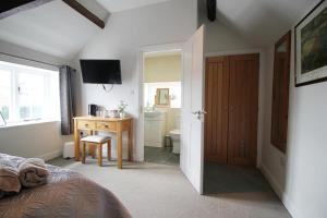 A bed or beds in a room at The Globe Inn Alvington