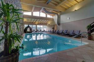 Der Swimmingpool an oder in der Nähe von Bayerwaldhotel Hofbräuhaus