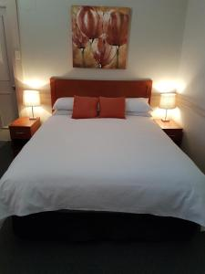 A bed or beds in a room at Highlands Hotel