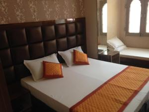A bed or beds in a room at Kailash Hotel