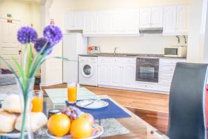 A kitchen or kitchenette at Arcadas Cozy Apartments - AV