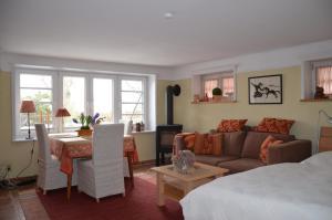 Ein Sitzbereich in der Unterkunft Ferienwohnungen Himmelsstübchen und Gartenstübchen