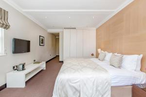A bed or beds in a room at 130 Queen's Gate Apartments