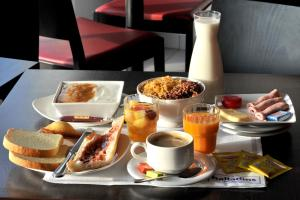 Breakfast options available to guests at Brit Hotel St-Quentin/Nord