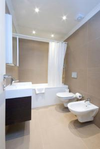 A bathroom at Claverley Court Apartment Knightsbridge