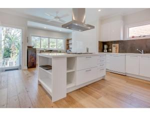 A kitchen or kitchenette at Comfy family home in chill beachside neighbourhood