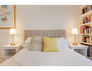 A bed or beds in a room at Comfy family home in chill beachside neighbourhood
