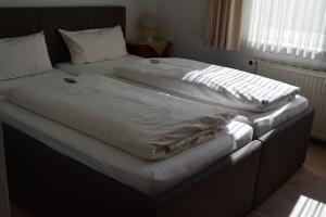 Ein Bett oder Betten in einem Zimmer der Unterkunft Landgasthof Heesser Krug