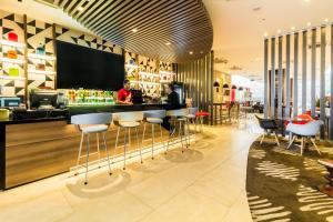 The lounge or bar area at Ibis Larco Miraflores