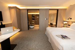 Een bed of bedden in een kamer bij Nathan Hotel