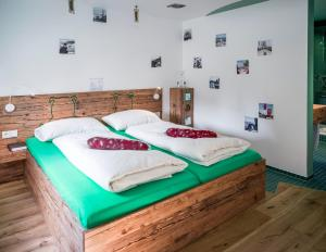 Ein Bett oder Betten in einem Zimmer der Unterkunft BRATWURSThotel