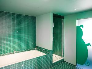 Ein Badezimmer in der Unterkunft BRATWURSThotel
