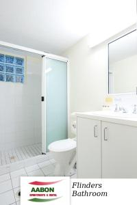 A bathroom at Aabon Apartments & Motel