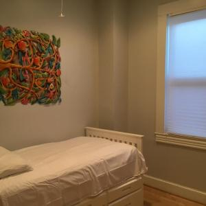 A bed or beds in a room at Beautiful in Bloomingdale!