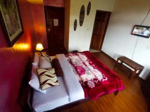 A bed or beds in a room at Nuwara Eliya Hills Rest
