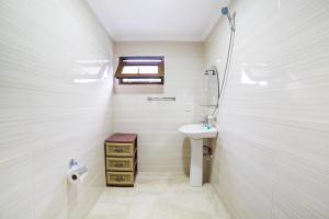 A bathroom at niniko