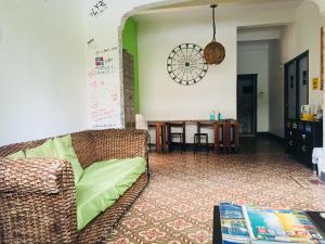 A seating area at Hostel H1 Miramar