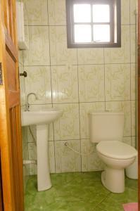 A bathroom at Chalé saí azul
