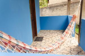 A balcony or terrace at Chalé saí azul