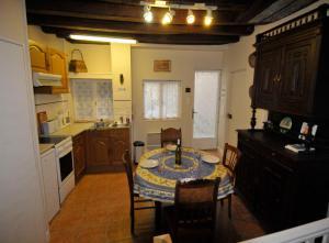 A kitchen or kitchenette at Appartement Bénédictin