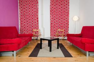 A seating area at Lette'm Sleep Berlin