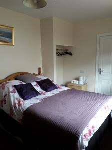 A bed or beds in a room at Causeway tavern bed & breakfast