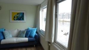 A seating area at Houseboat In The Center, 5 min walk to Tropical Museum, Free Wifi!
