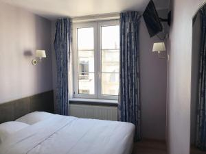Een bed of bedden in een kamer bij Hotel Claridge
