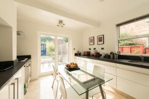 A kitchen or kitchenette at Rooms near Wembley