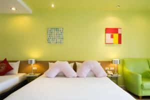 A bed or beds in a room at Best Bella Pattaya