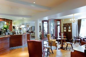 A restaurant or other place to eat at Anglesey Arms Hotel