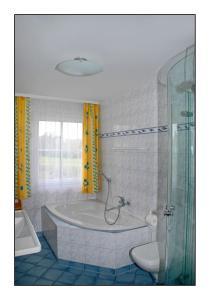 Ein Badezimmer in der Unterkunft Reethaus Seewind